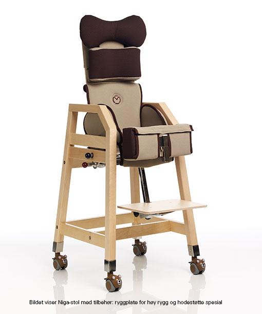 Høystol til spisebord for barn. Stolen har høy rygg og myke støtteputer. Justerbart fotbrett og hjul på de fire beina. Hjulene har beskyttelseslue med bjørnemotiv.