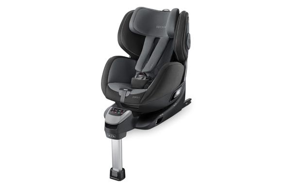 Bilstol montert på en isofix base, fargen er grå. Stolen har myke puter.